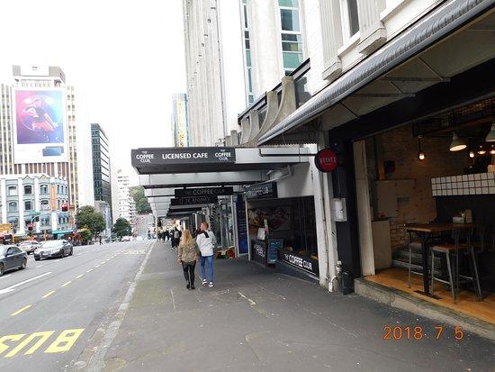 The Coffee Club Restaurant: 入口。ガラス張りで、フランク。