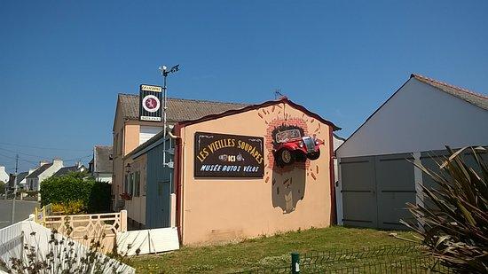 Plougasnou, Francia: Van op het terras zie je de gevel van een klein auto museum