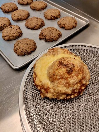 Prabhadevi, Indien: Cheesy Garlic Bomb with a fresh batch of our Chocoflake Cookies in the back