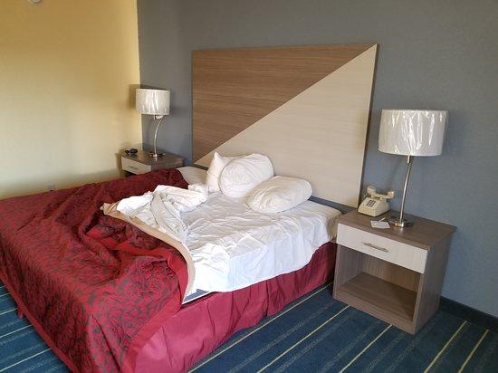 Salem, IL: king bed room
