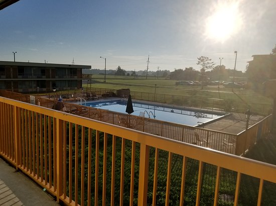 Salem, IL: Pool view outside my 2nd floor room