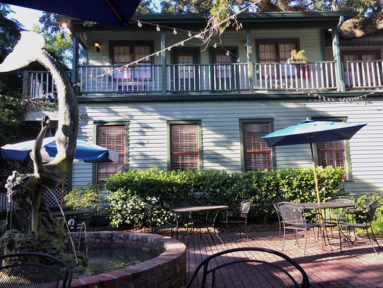 Florida House Inn: The courtyard and Inn
