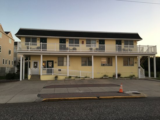 Buckingham Motel: front of place, facing the ocean.
