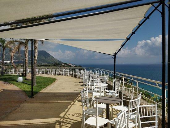 Blue Bay Resort: Tavoli bordo piscina...ideali per un aperitivo e quattro chiacchiere usufruendo di una vista moz