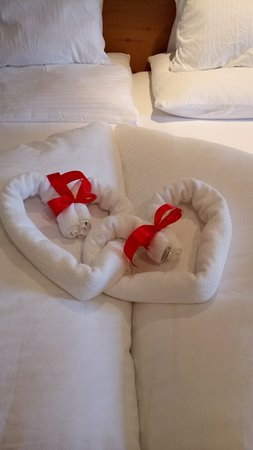 AktivHotel Hochfilzer: Liebevolle Deko auf dem Bett