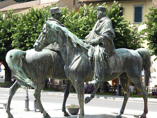 Museo Civico Archeologico: Bronze of Garibaldi meets Vittorio Emanuele II in the town square.