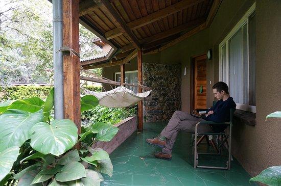 Dik Dik Hotel: Comfortable lounge area outside of our room.