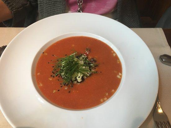 Restaurant Frohegg: Gazpacho mit Gurken Brunoise und Balsamico-Perlen