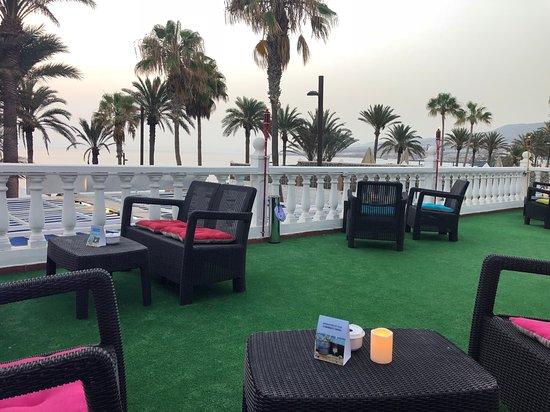 5 Mesas Distribuidas En La Terraza Para Ofrecer Momentos De
