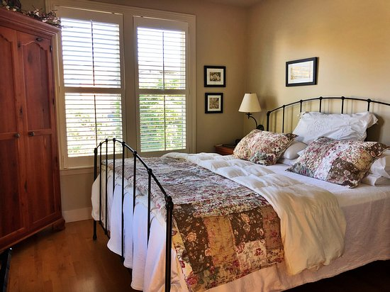 Tomales, CA: Bedroom at AppleGarden Cottage
