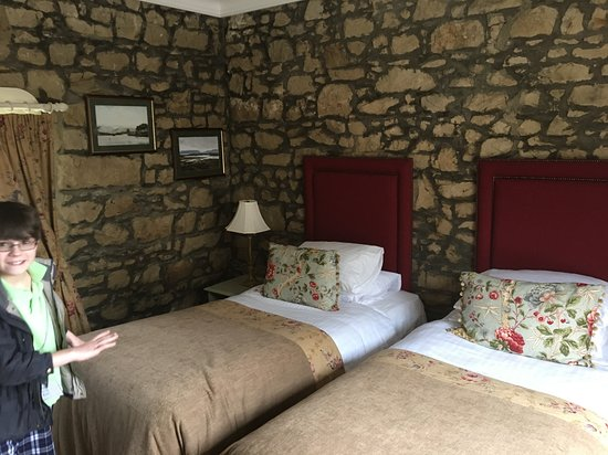 Kingscourt, Ireland: Stone walls, warm beds