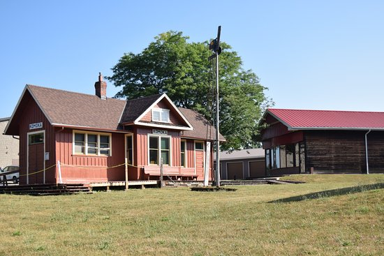 Komoka, Kanada: Front of station and Shay building.