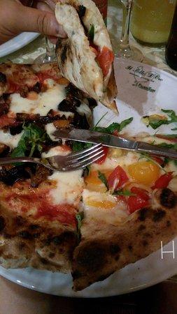 Cellole, Italia: Pizze (a sinistra Siciliana e a destra Vesuvio).