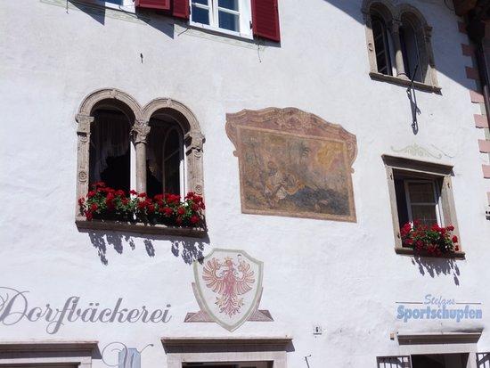 Centro Storico Caldaro sulla Strada del Vino: tipica facciata decorata