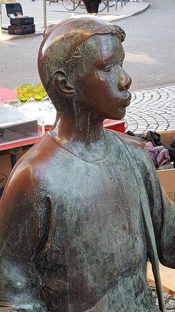 """Skulptur """"Zeitungsjunge"""""""