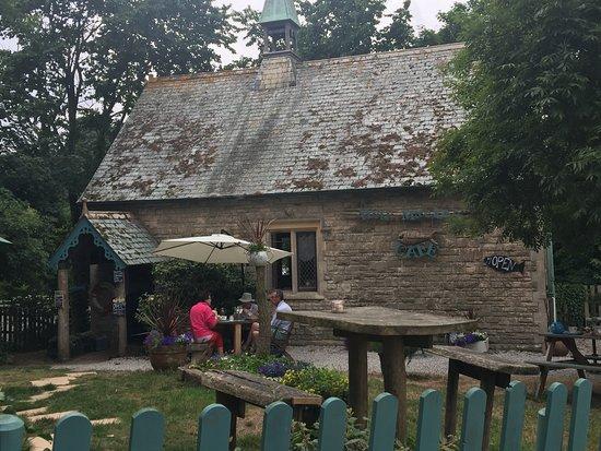 Helford, UK: Outside eating and main entrance.