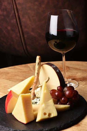 Руви, Оман: CHEESE PLATTER & TWO GLASSES OF WINE