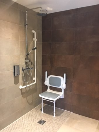 Hede, France : Bathroom in disabled suite