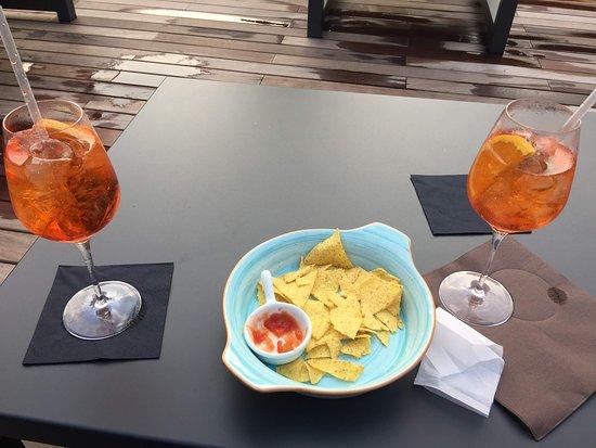 Чезате, Италия: Aperol Spritz e tortilla chips