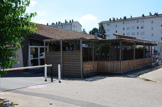 Saint-Clair-du-Rhone, France: Façade, entrée et terrasse ombragée