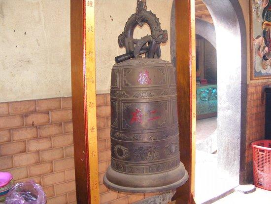 Chuông cổ quý giá được treo tại Chùa ông Bổn, Quận 5 (TpHCM).