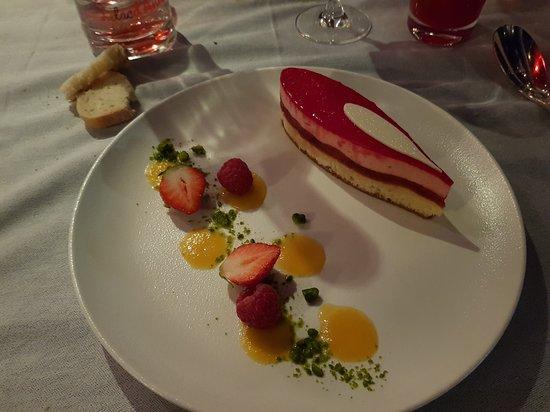 Bateau-Restaurant MS Libellule : Compotée de fraises, Emulsion aux fraises Sur un biscuit madeleine
