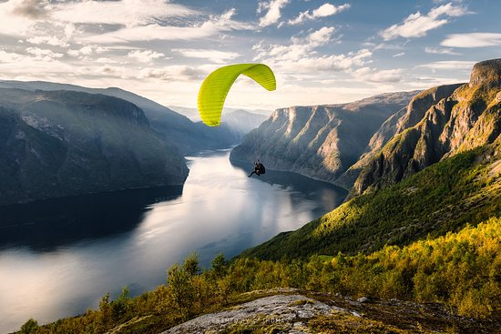 Gudvangen, นอร์เวย์: Paragliding in the Nærøyfjord - one of many experiences here