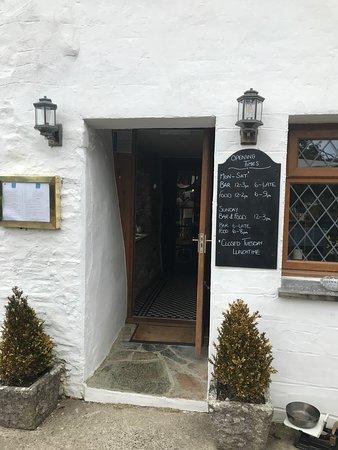 Duloe, UK: Entrance on side by beer garden.