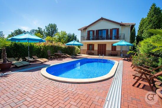 Balatonmariafurdo, Hungary: Pool area in Hullam Villa