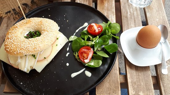 Modling, النمسا: Frühstück - Bagel mit Käse und einem Freiland Frühstücksei