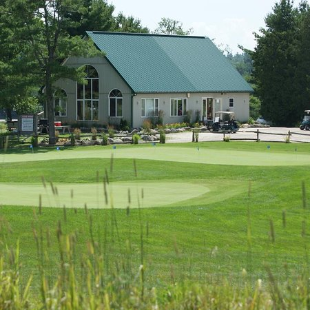 Bracebridge, Canada: Clubhouse and practice putting green
