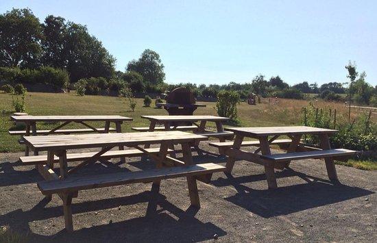 Longueville, Γαλλία: Espace repas équipé de barbecue!