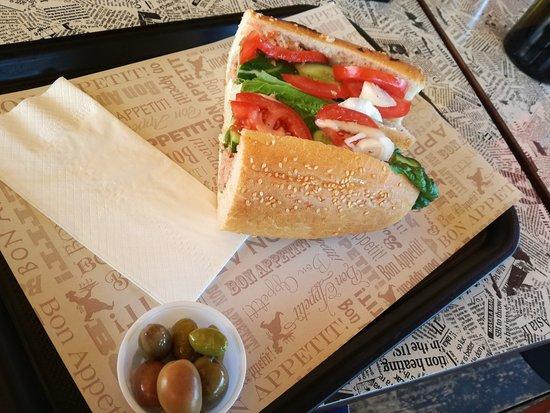 Givat Yoav: סנדוויץ' ביצה קשה עם ירקות