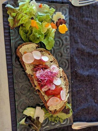 Roc'h Ar Mor: Entrée : tartine au beurre de sardine et saumon