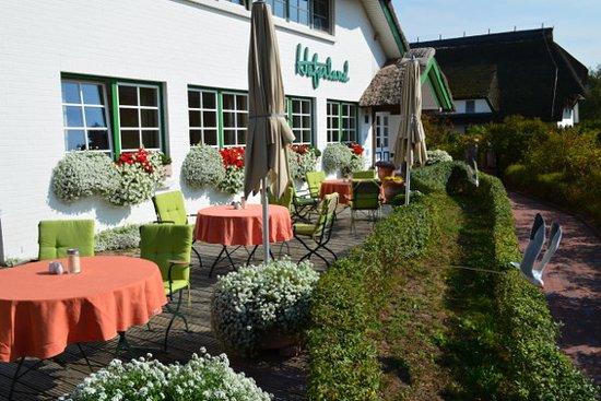 """Wieck, Tyskland: Terrasse der """"Guten Stube"""" mit Blick auf den Hafen von Weck"""