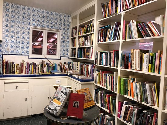 Ojai, Калифорния: Cook books in the 'kitchen' of the indoor part of the store.