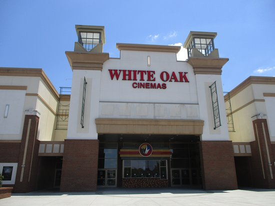 Garner, Carolina del Norte: Outside of Regal White Oak Cinema