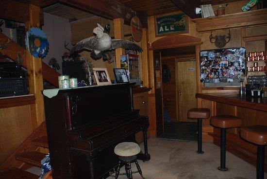 Fiest Creek Restaurant: piano in the bar