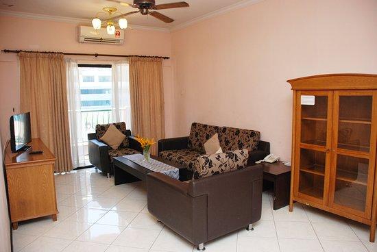 Marina Court Resort Condominium: Living Room