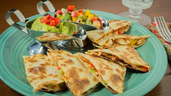 Roy-Dee Restaurant: CHICKEN QUESADILLA อาหารจานนี้รสชาติเข้ากันได้ดีมากครับ มีซอสมาให้ถึงสองตัวซอสอโวคาโดและซ่าวซ่าค