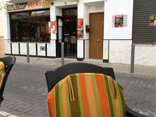 Cafe Bar Aries: eenvoudig cafe-bar met lekker eten en gezellig terras