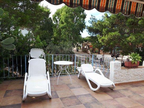 Torre dei Corsari, Italien: Fuori dalla camera avevamo un terrazzino con sdraio, tavolino e sedie
