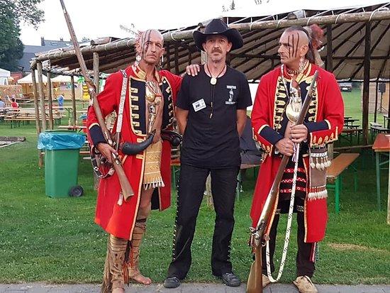 Recogne (Bastogne), Belgium: bij de speciaal geklede indianen