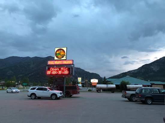 Bull Moose Saloon: vast parking