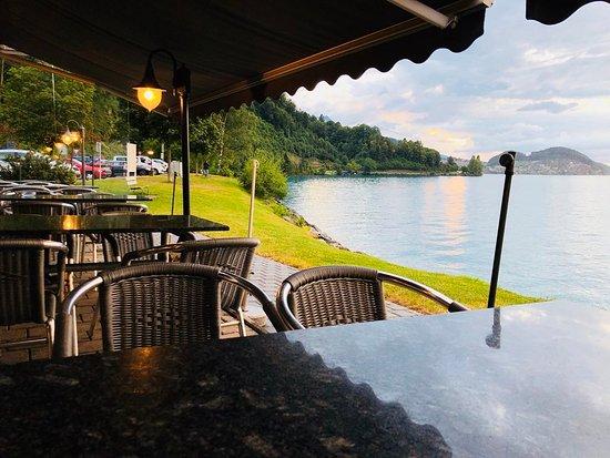 Faulensee, Switzerland: الجلسات الخارجية للطعم ذات إطلالة مباشرة على بحيرة ثون.