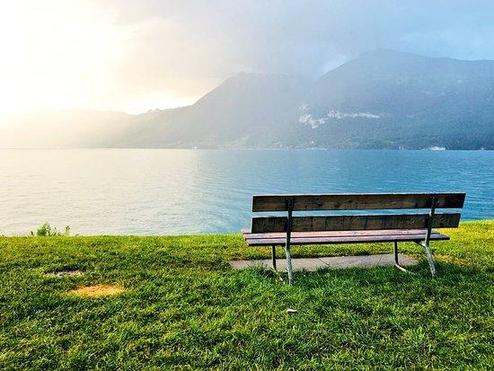 Faulensee, Switzerland: الكراسي المجاورة للمطعم تحديدً عند مواقف السيارات.
