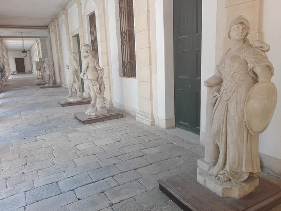 Stra, Itálie: Statues galore