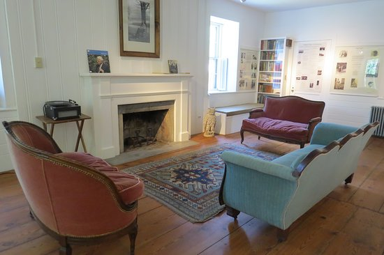 Robert Frost Stone House Museum: Sitting Room in Robert Frost Stone House