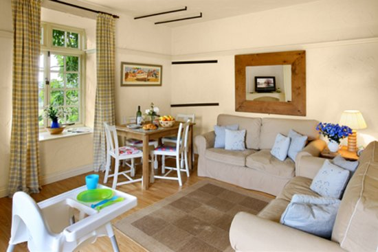 Cardinham, UK: Grooms cottage open plan sitting and dining area