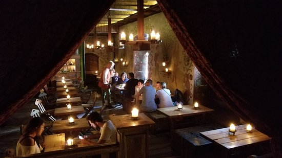 Olde Hansa: Candlelight abounds